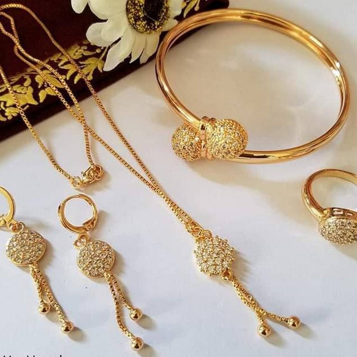 Set gold plated with braslat for her new style  Long lastining polish  New Design  Fashionable Style  You can use one years