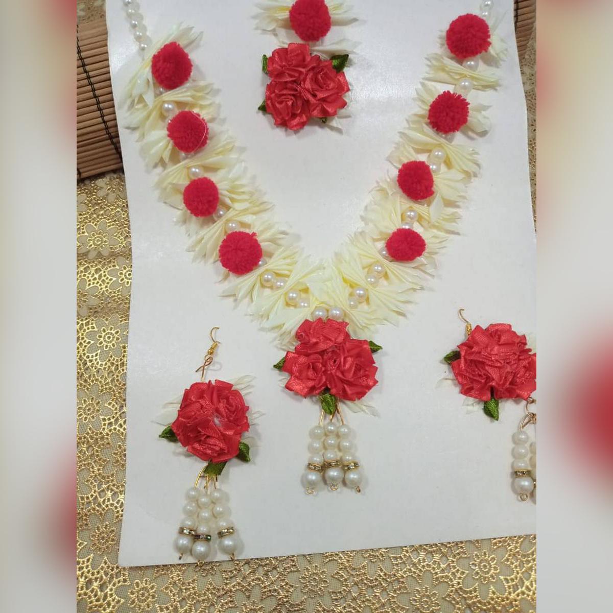 Bridal wear gajra set for girls.