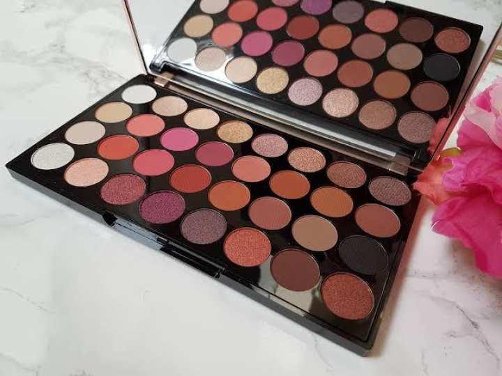 32 Color Flawless Eyeshadow Palette